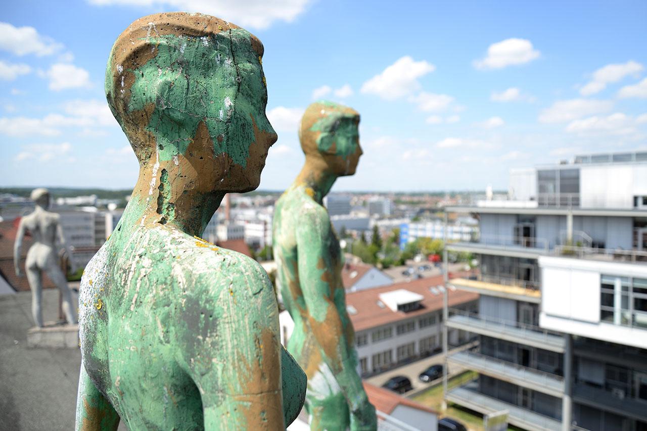 Künstlerische Figuren auf der Dachterrasse bei comperis